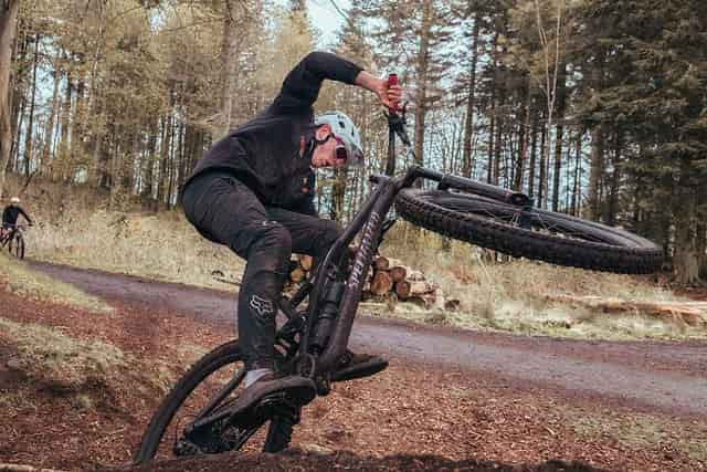 Clipless vs Flat Pedals: Which One is Better For Mountain Biking?